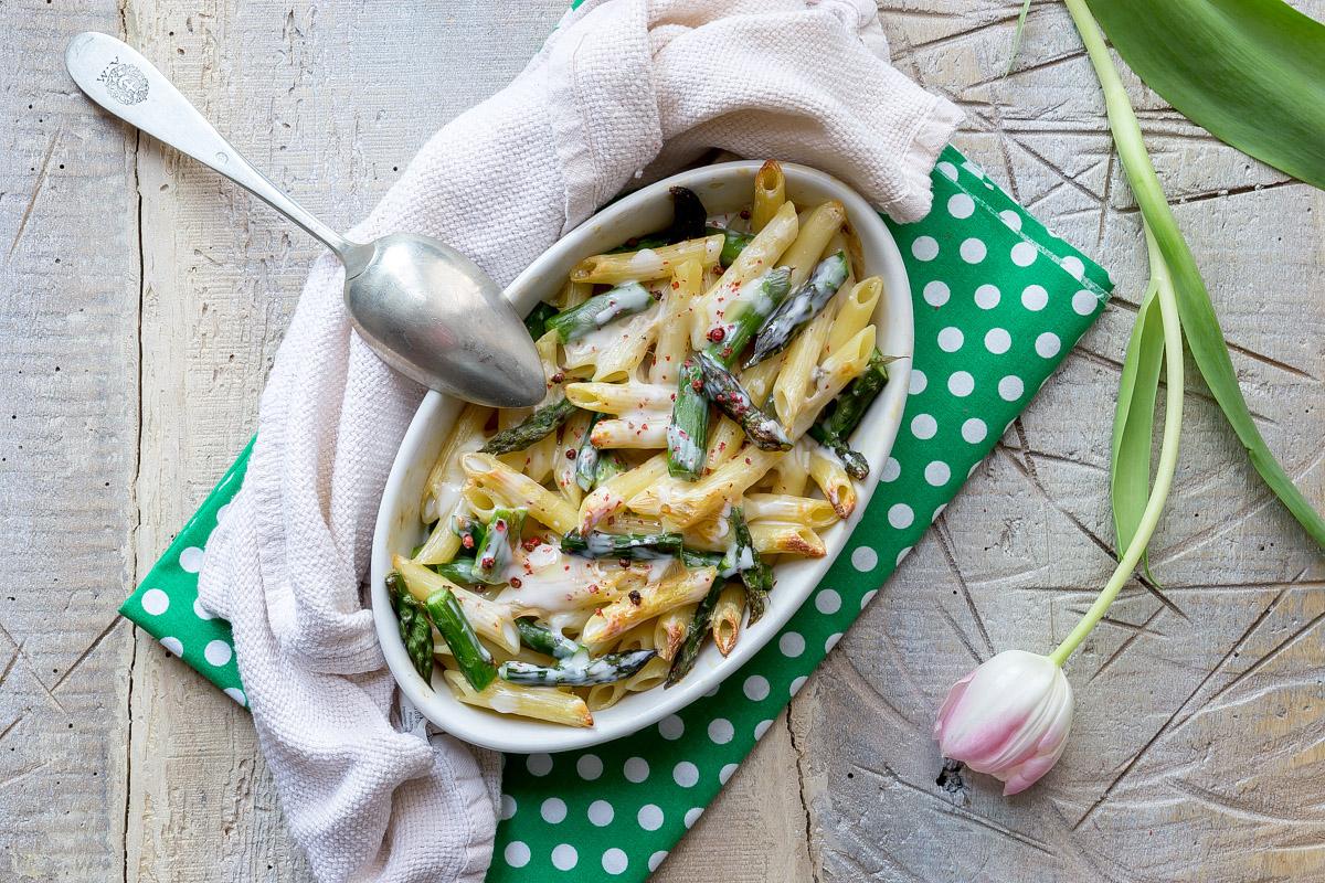 Pasta facile agli asparagi, formaggio e pepe rosa